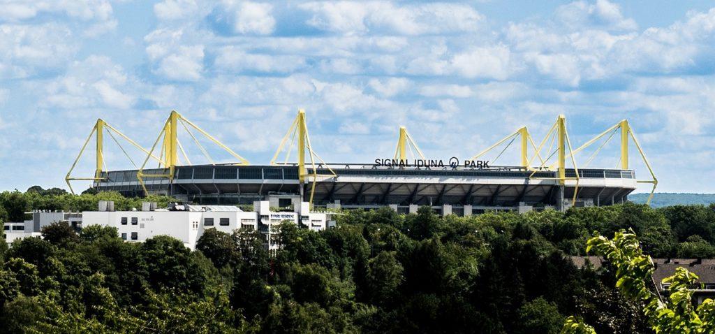 Das Dortmunder Westfalenstadion im Sonnenschein.