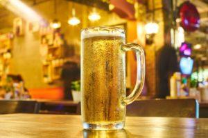 Ein gezapftes Glas Bier steht auf dem Tresen einer Kneipe.
