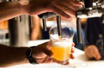 Ein Bier wird in einer Kneipe gezapft.